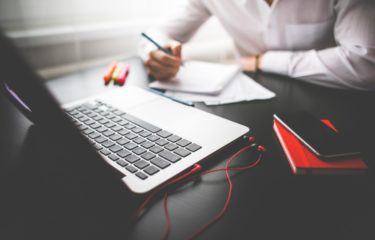 pisanie, komputer, telefon, skupienie