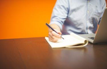 pisanie na kartce papieru