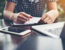 pisanie CV, laptop, telefon, kartka papieru