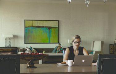 laptop i znudzona pani w pracy