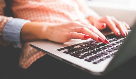 dziewczyna pracująca przed komputerem