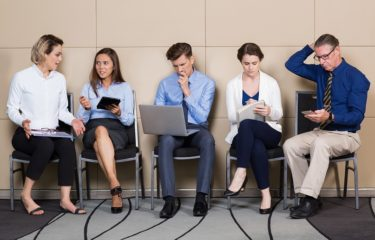 5 osób czeka w kolejne, na korytarzu, na rozmowę kwalifikacyjną