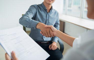 rozmowa kwalifikacyjna, uścisk dłoni